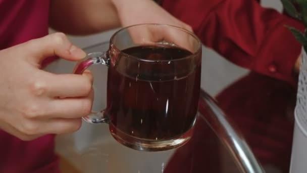Videó fiatal pár teázás