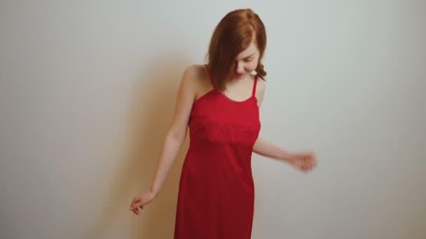 Vörös selyem hálóinges vörös lány.