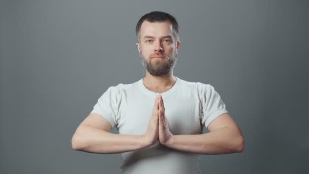 Video von meditierendem jungen Mann mit Bart