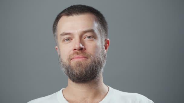 Video vousatého usmívajícího se muže