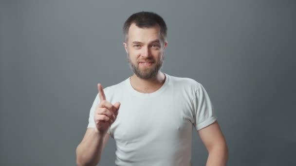 Video vousatého muže s dobrým nápadem