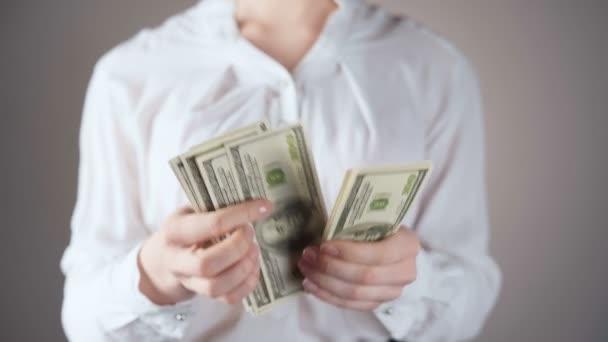 Video podnikatelky v bílé košili počítání dolarů