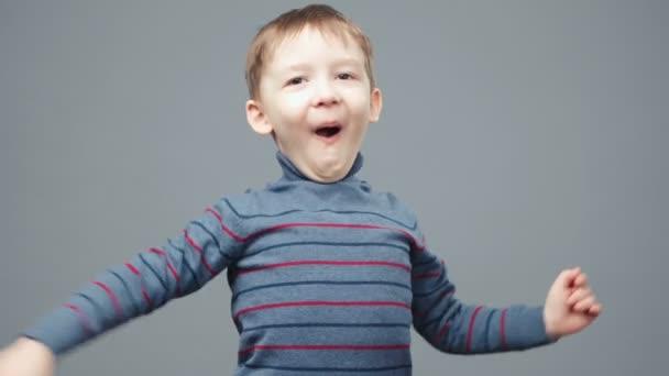Video malého překvapeného čtyřletého chlapce