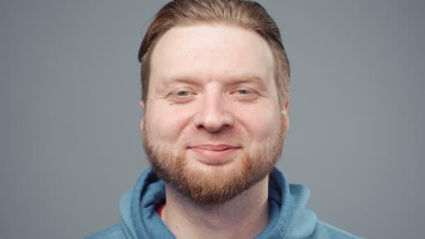 Video usmívajícího se blonďáka v modré mikině, portrét