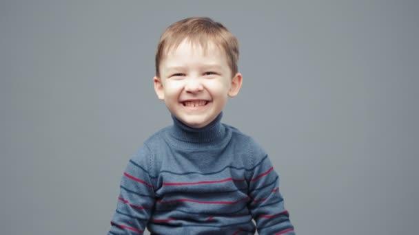 Video malého smějícího se čtyřletého chlapce