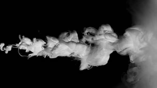 Záběry kouřových mraků ve vodě