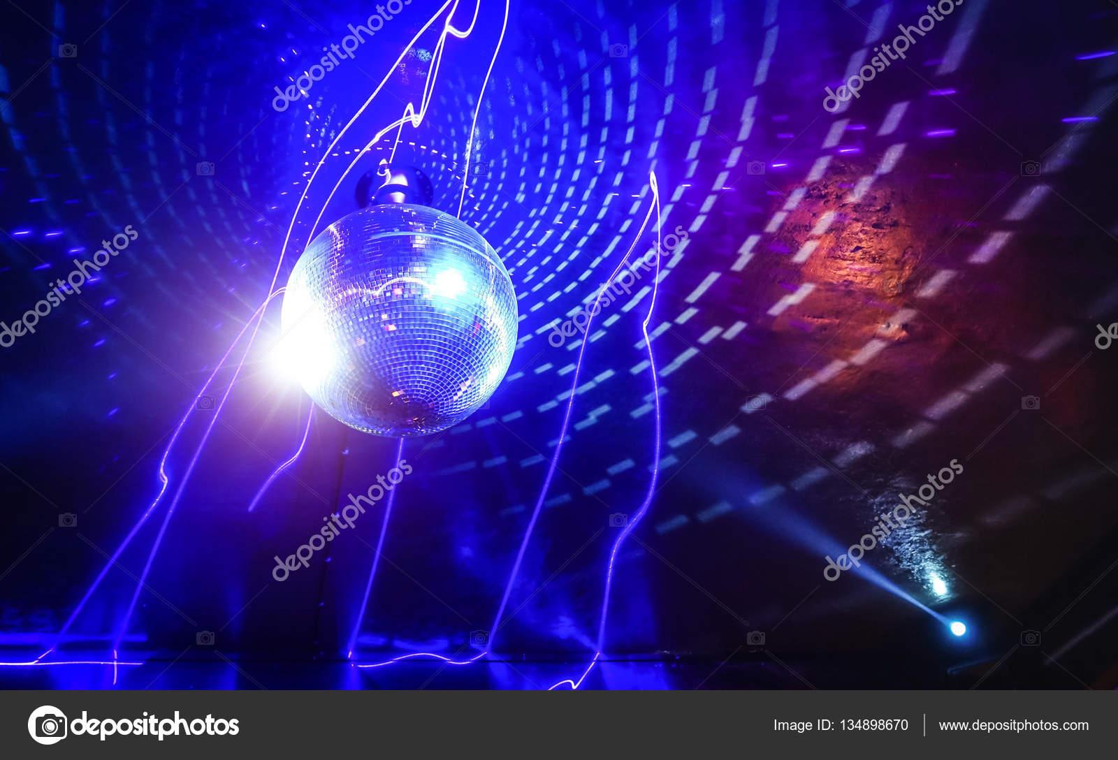 Boule disco laser show en boite de nuit soir e disco for Exterieur boite de nuit