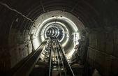 Podzemí dolu pit tunelu galerie s pracovní kolejové dráhy - průmyslové koncept s dopravou a připojení pod zemí