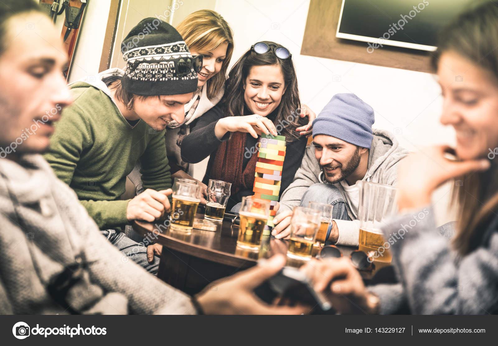 glückliche freunde brettspiel tisch beim trinken bier im pub