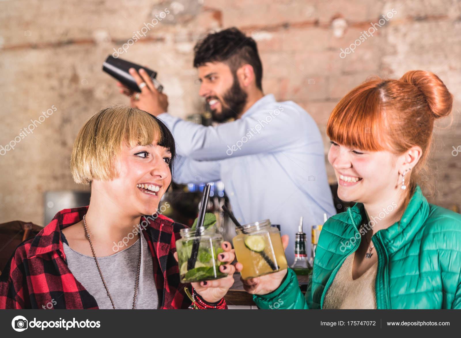 Пожилая ибица вечеринка девки пьяные ролики клубов