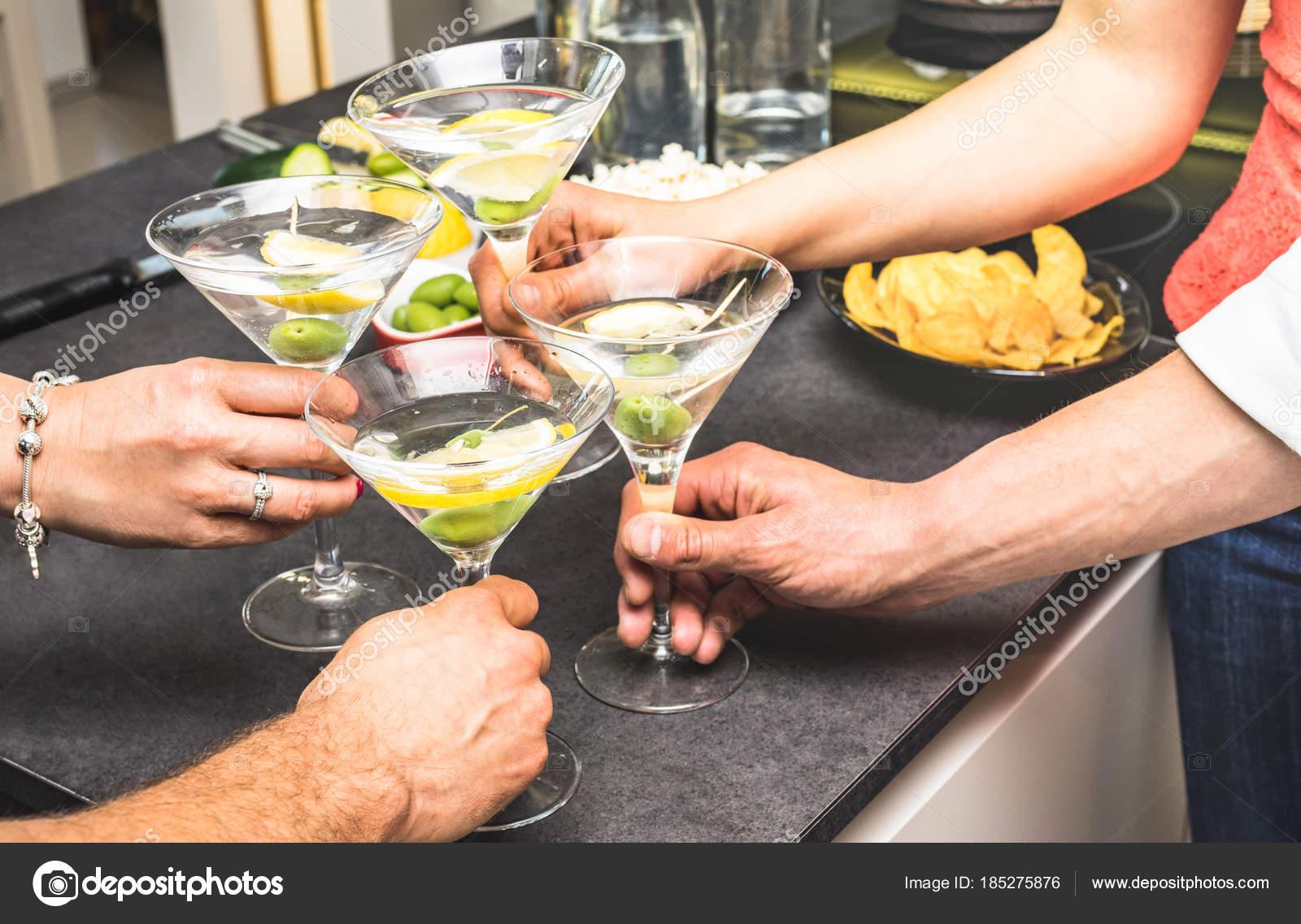 Hände von Freunden, die Spaß an der House-Party mit Pre Abendessen ...