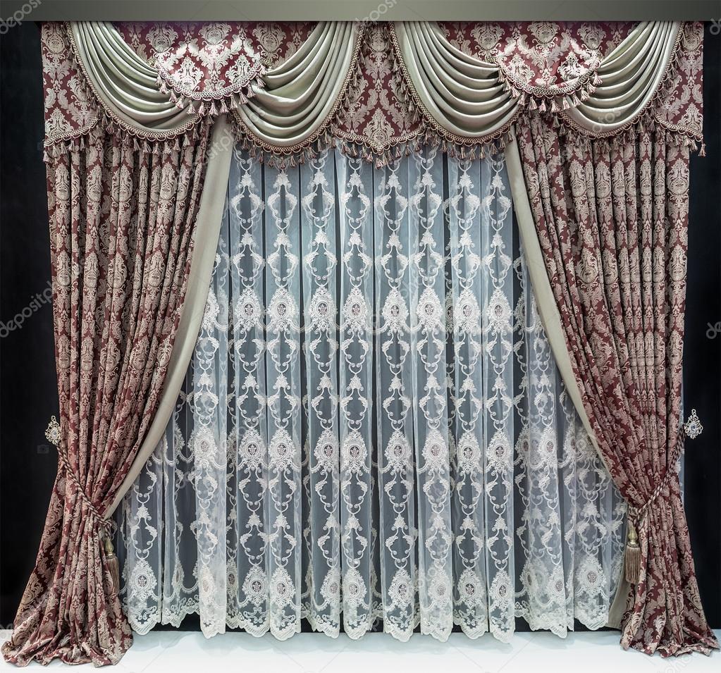 Luxe interieur, gordijnen in Bourgondië kleuren, een lichte tulle en ...