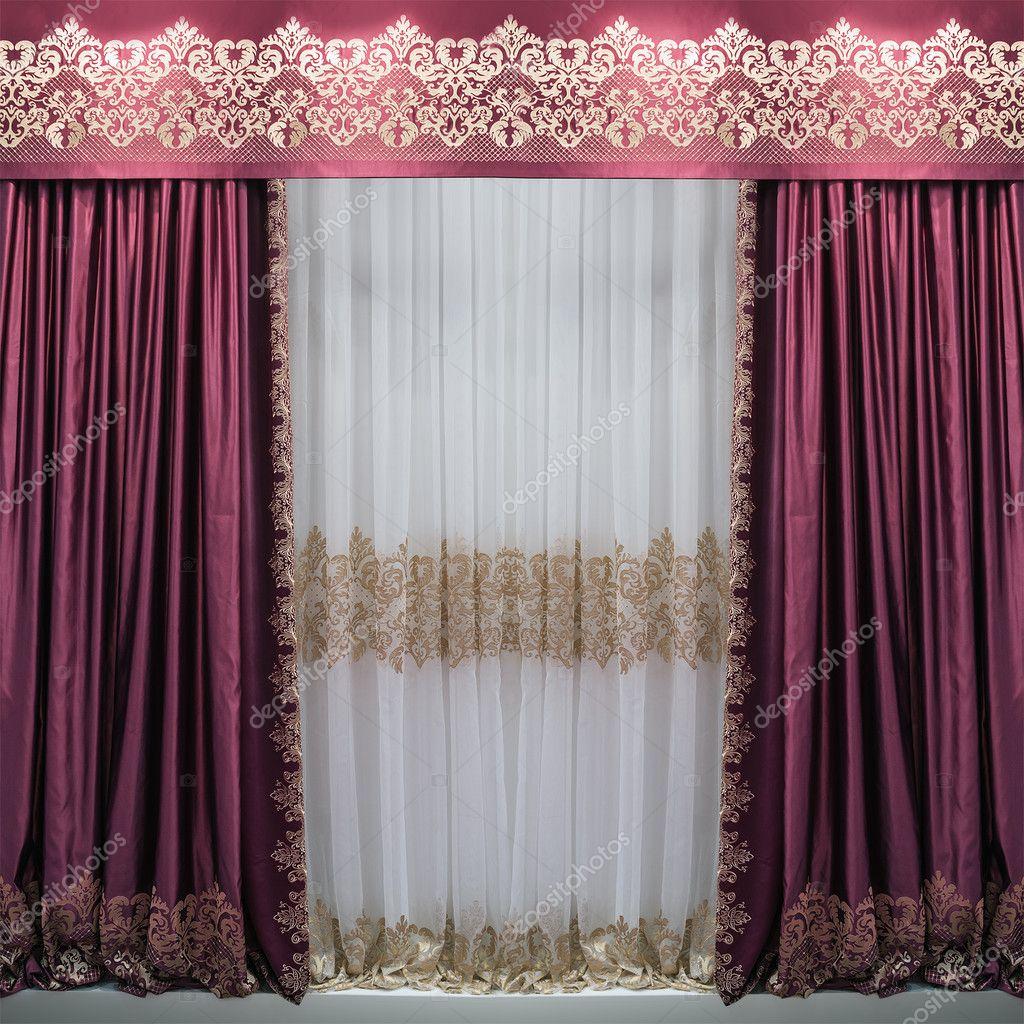 de satijnen paarse gordijnen gordijnkast met versieringen en een witte doorschijnende tule met een patroon foto van fotiy