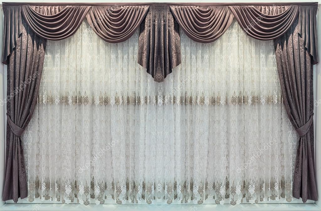 interieur decoratie in een klassieke stijl bruine gordijnen met de gordijnkast en een delicate tule