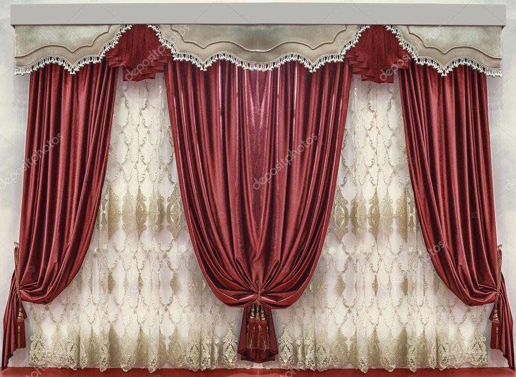zachte velours gordijnen van de verzadigde rode kleur de contrasterende gordijnkast met de gefranjerde en
