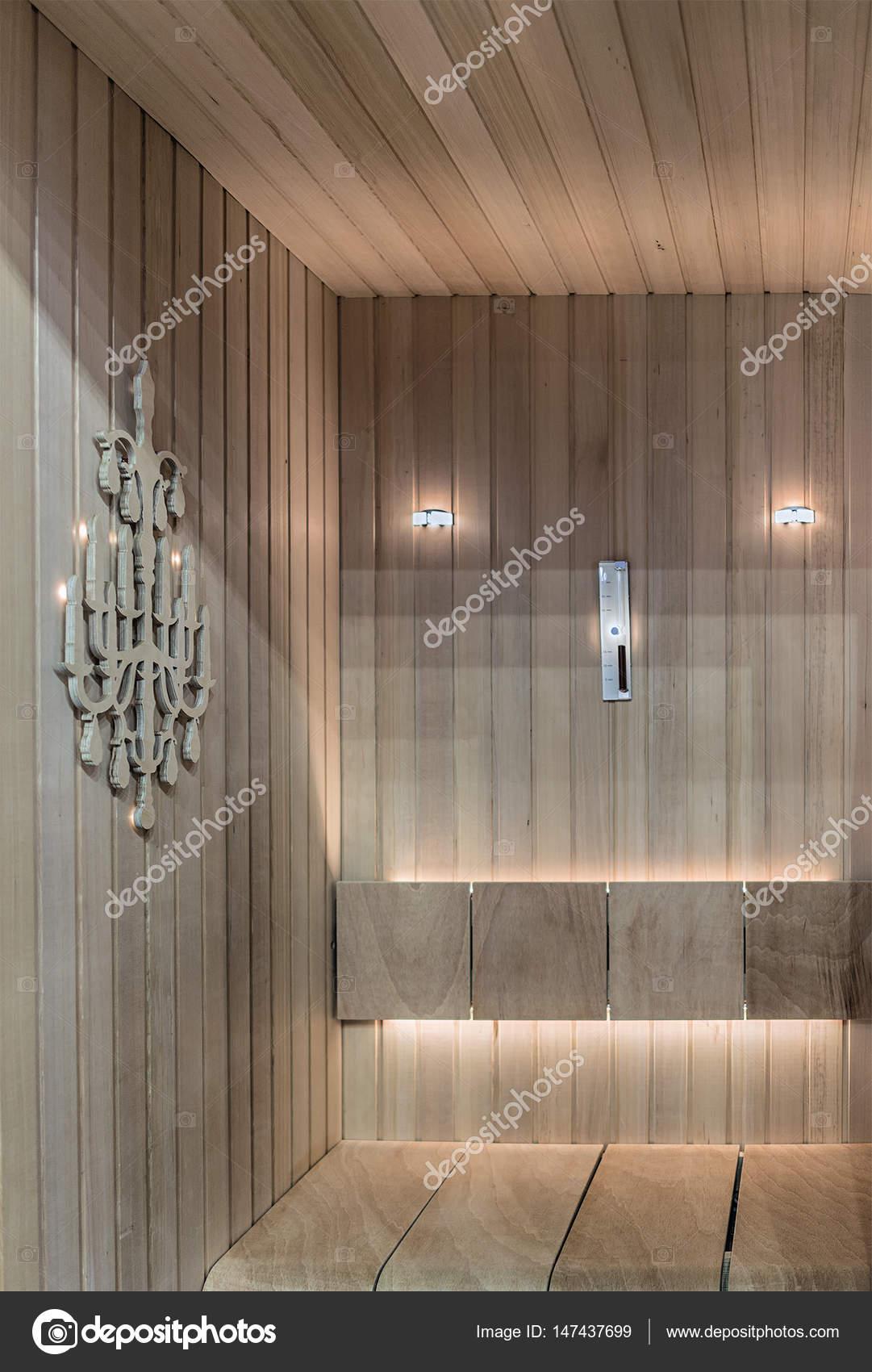 ingebouwde led verlichting in een kleine gezellige sauna stockfoto