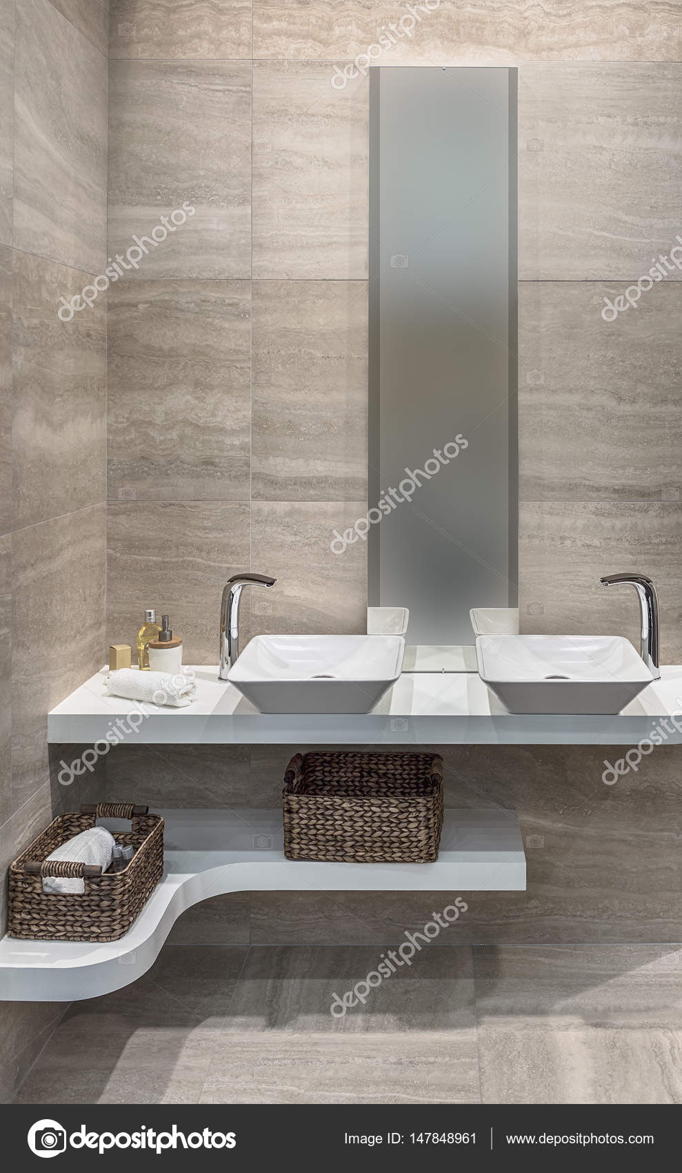 Piastrelle di ceramica sul pavimento e sulle pareti del bagno due lavandini un grande specchio - Due lavandini bagno ...