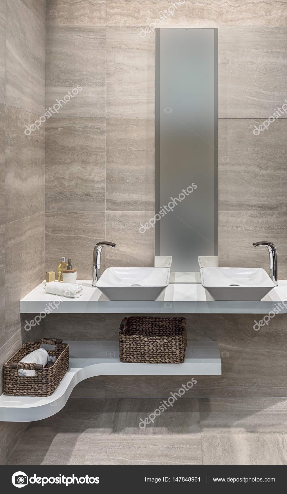 Keramische tegels op de vloer en de muren in de badkamer. Stijlvolle ...