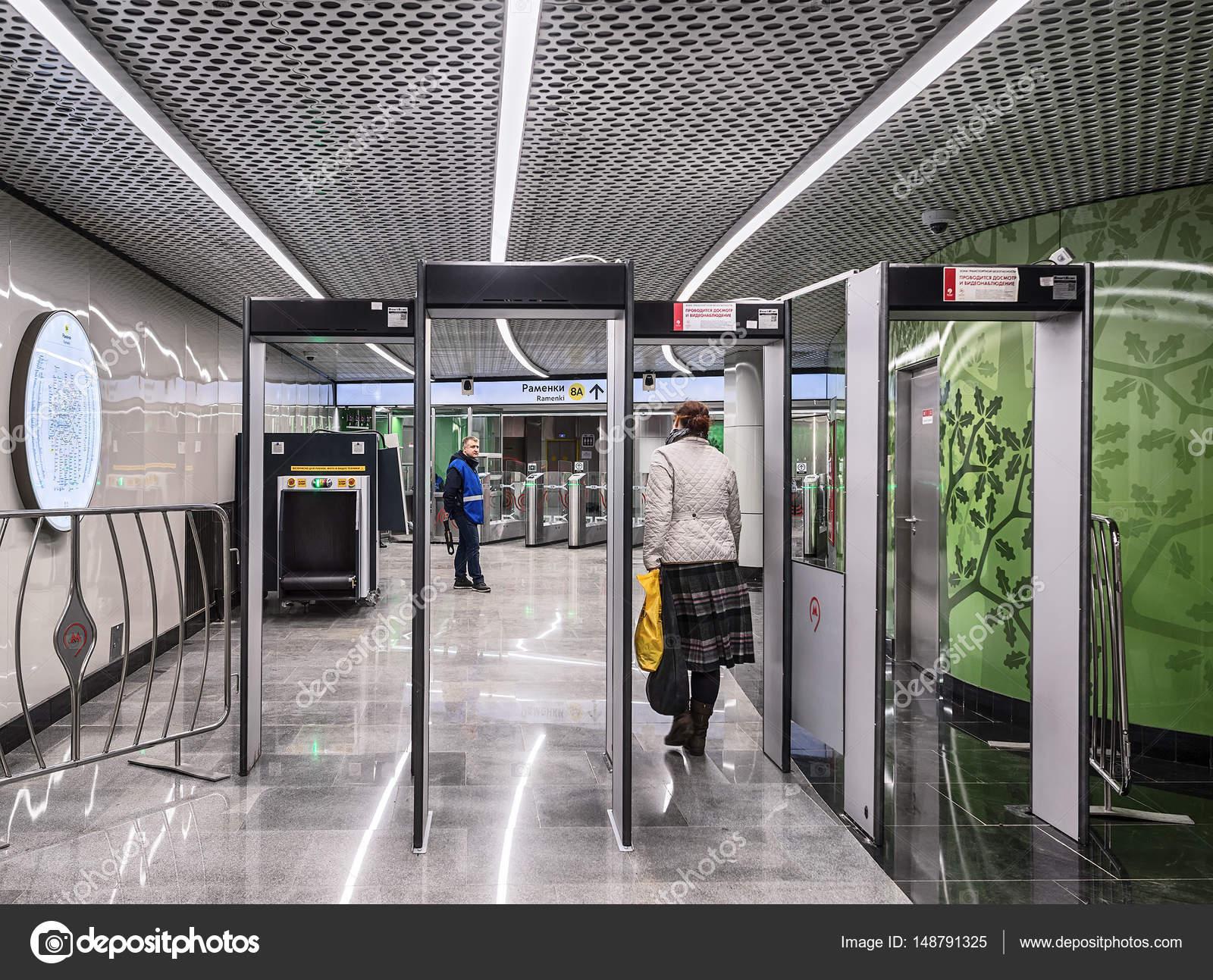 Moscú. 05 de abril de 2017. Entrada a la estación de metro de ...