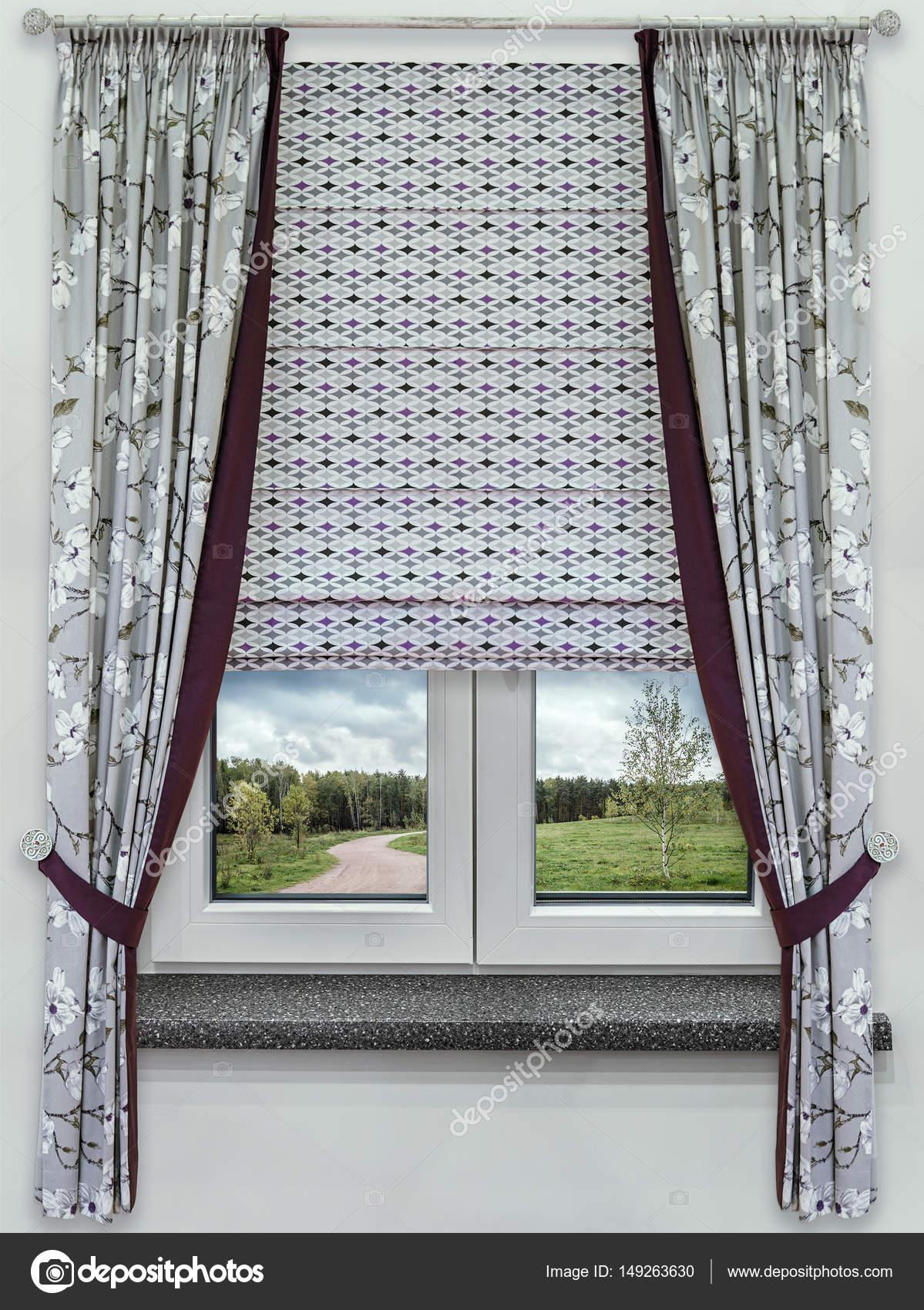 een lila invoegen en romeinse gordijnen met een geometrische ornament weergeven van het venster op de weg naar het bos foto van fotiy