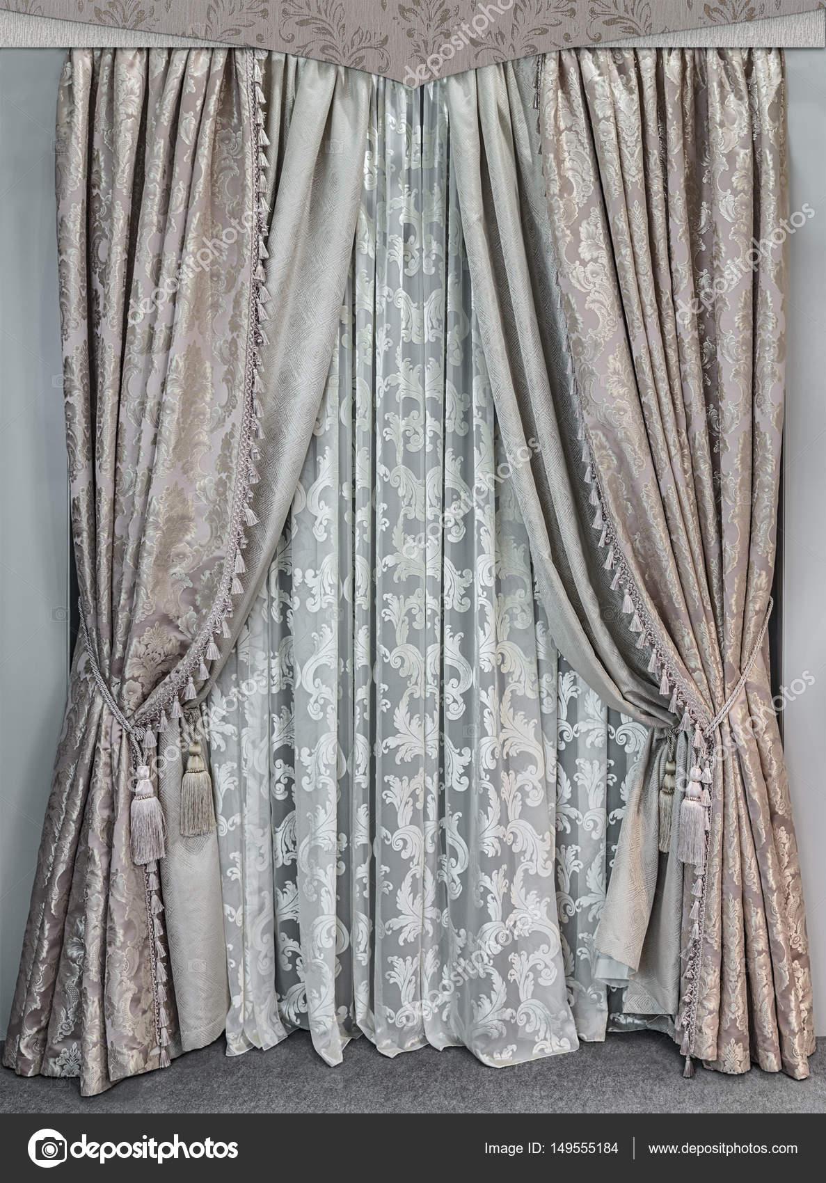 klassiek ontwerp van vensters en muren in het interieur in beige dubbele gordijnen gemaakt van