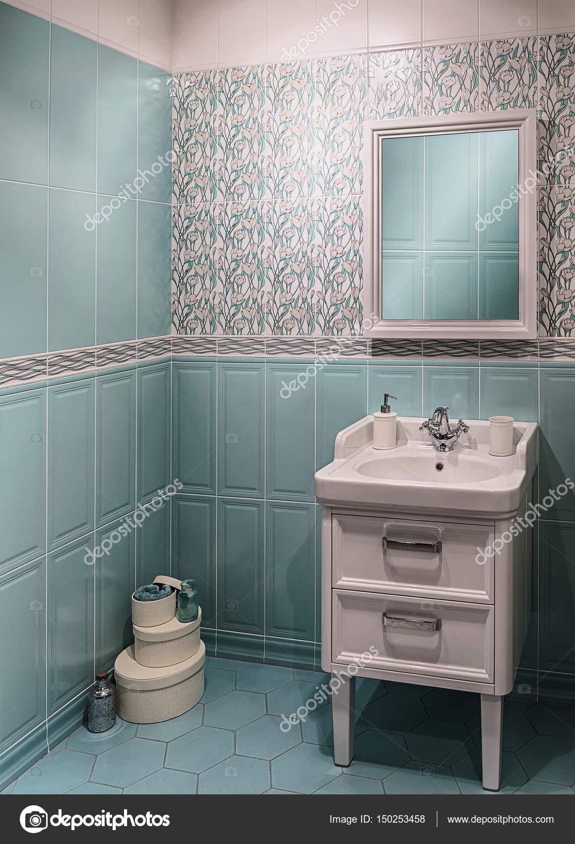 Badkamer interieur in turquoise kleuren met een wastafel en een ...