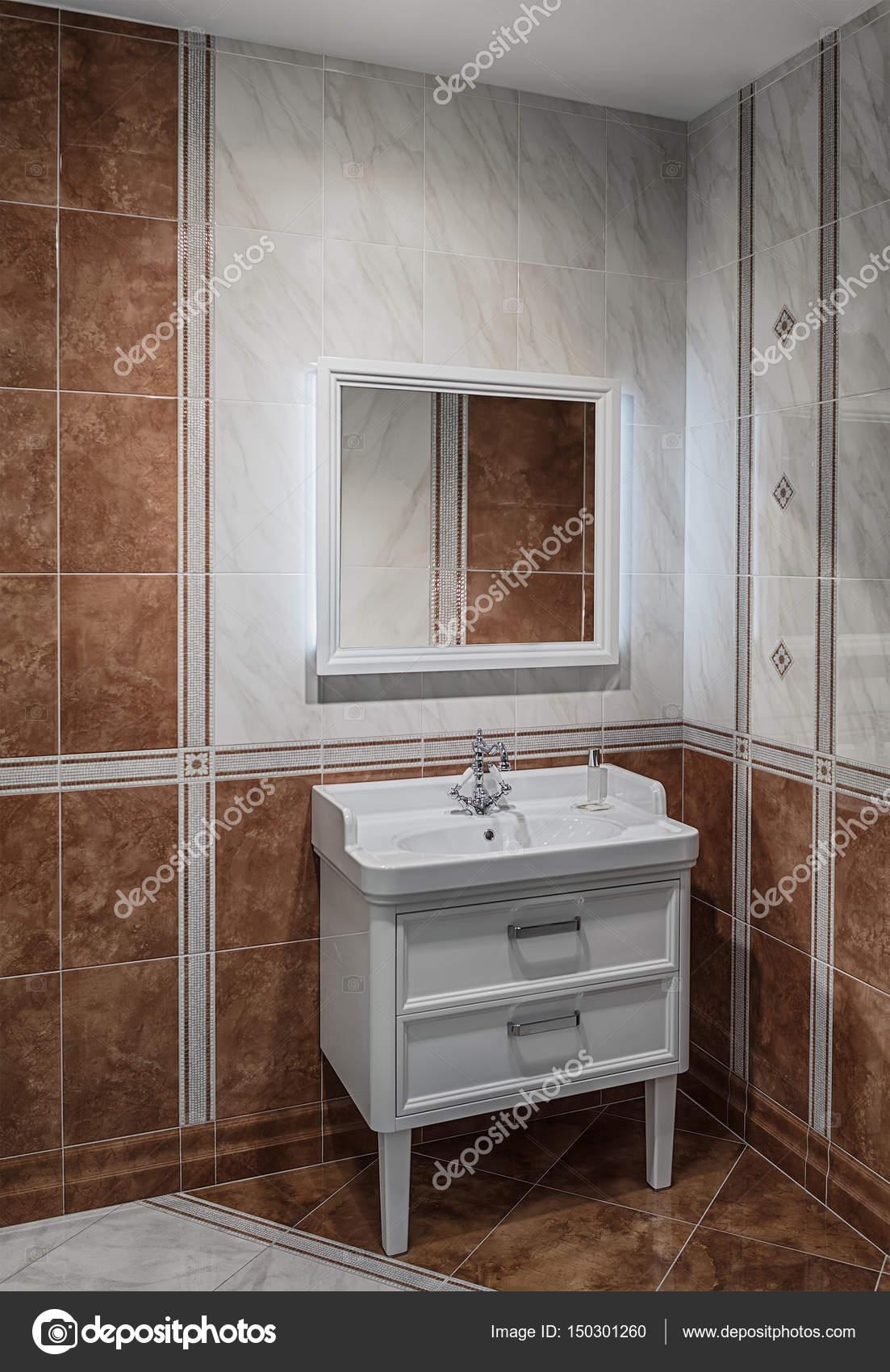 Badezimmer Interieur In Brauntönen Mit Einem Waschbecken Und Einem