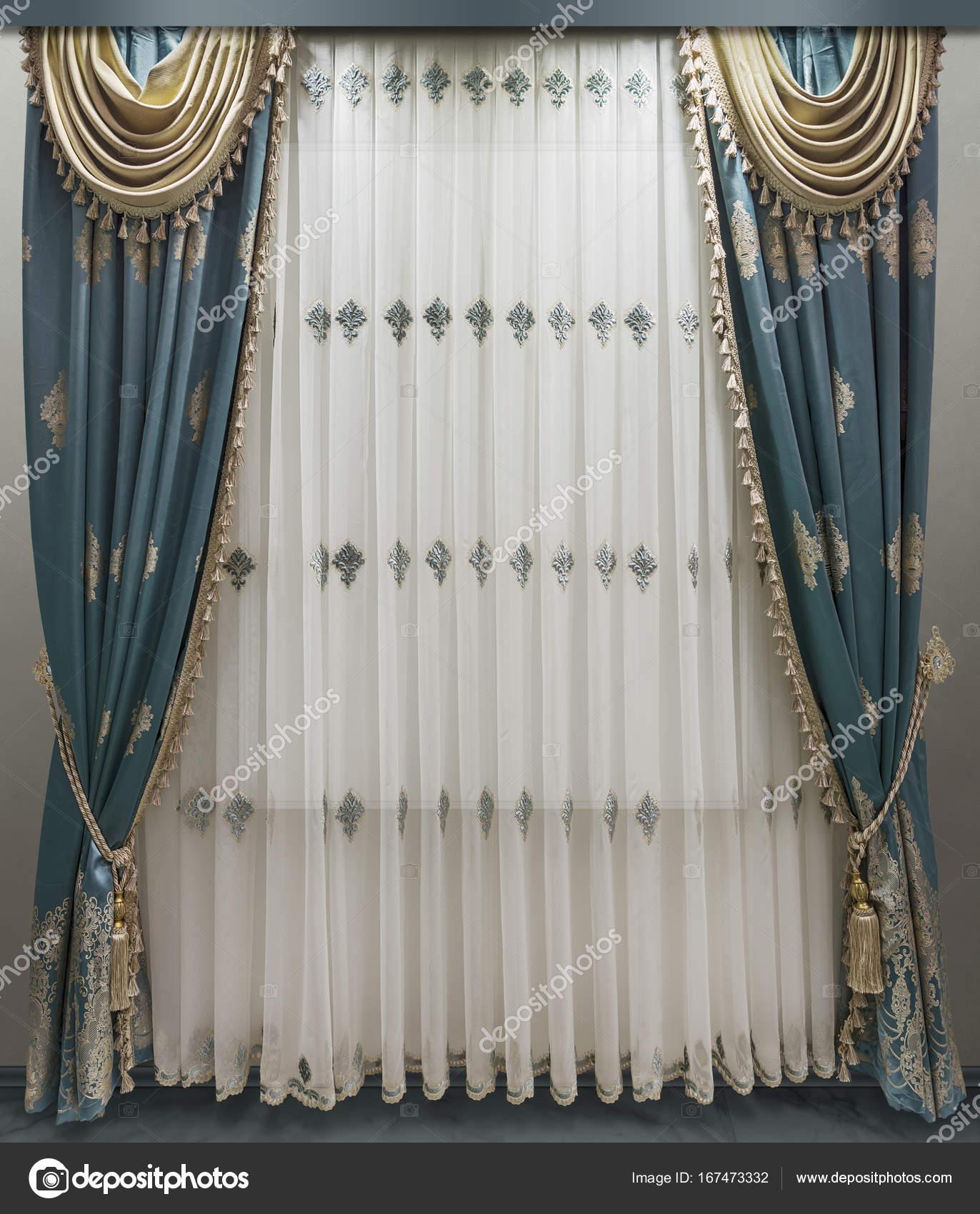 Interieur in klassieke stijl. Zachte velours gordijnen met franje ...