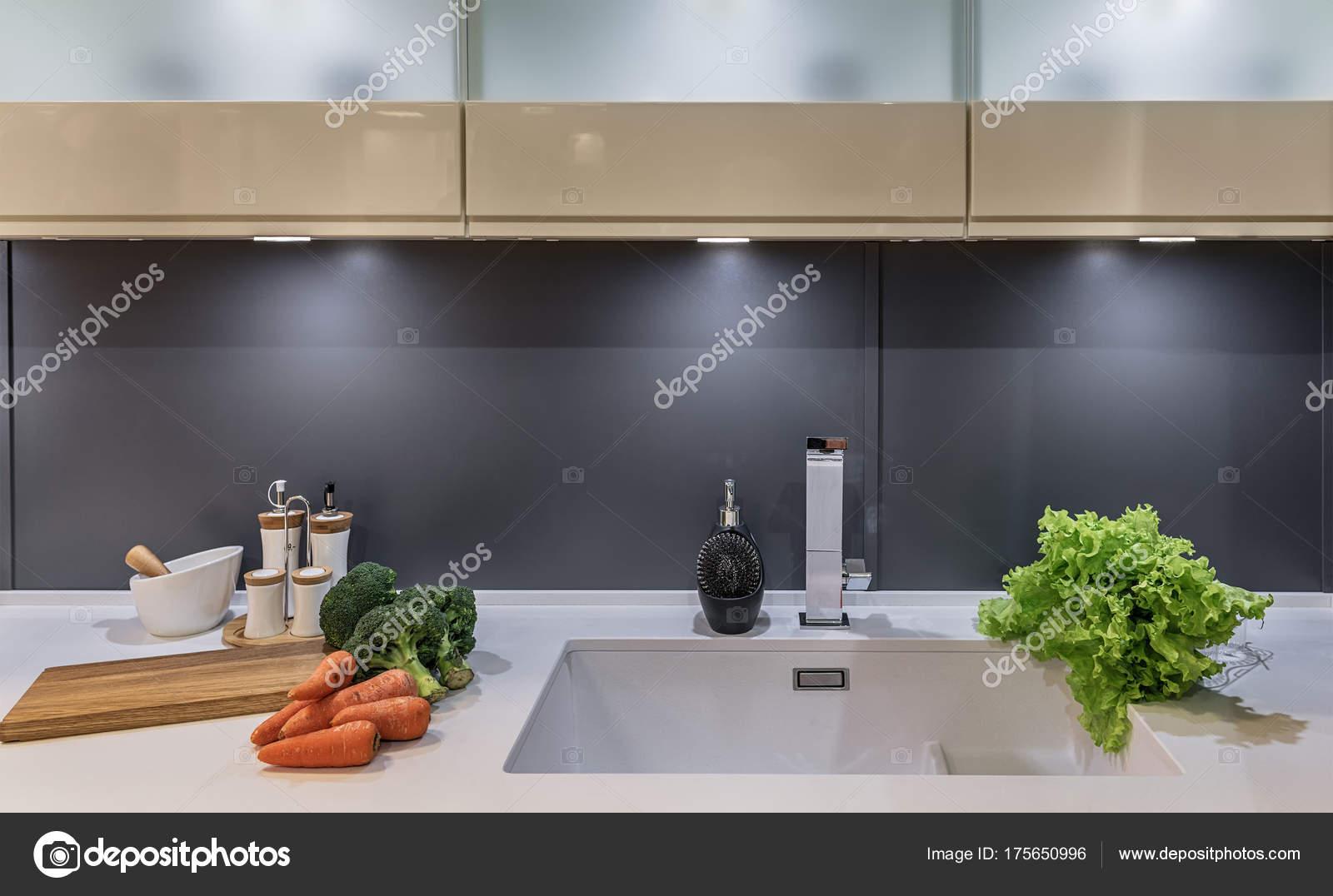 Cucina moderna in stile high-tech con ante scorrevoli invece di ...