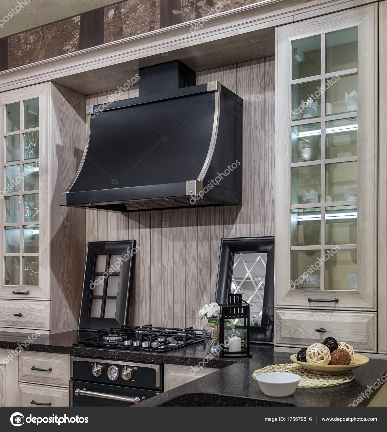 Gemütliche Küche im Retro-Stil. Leichte Holzfassaden und ...