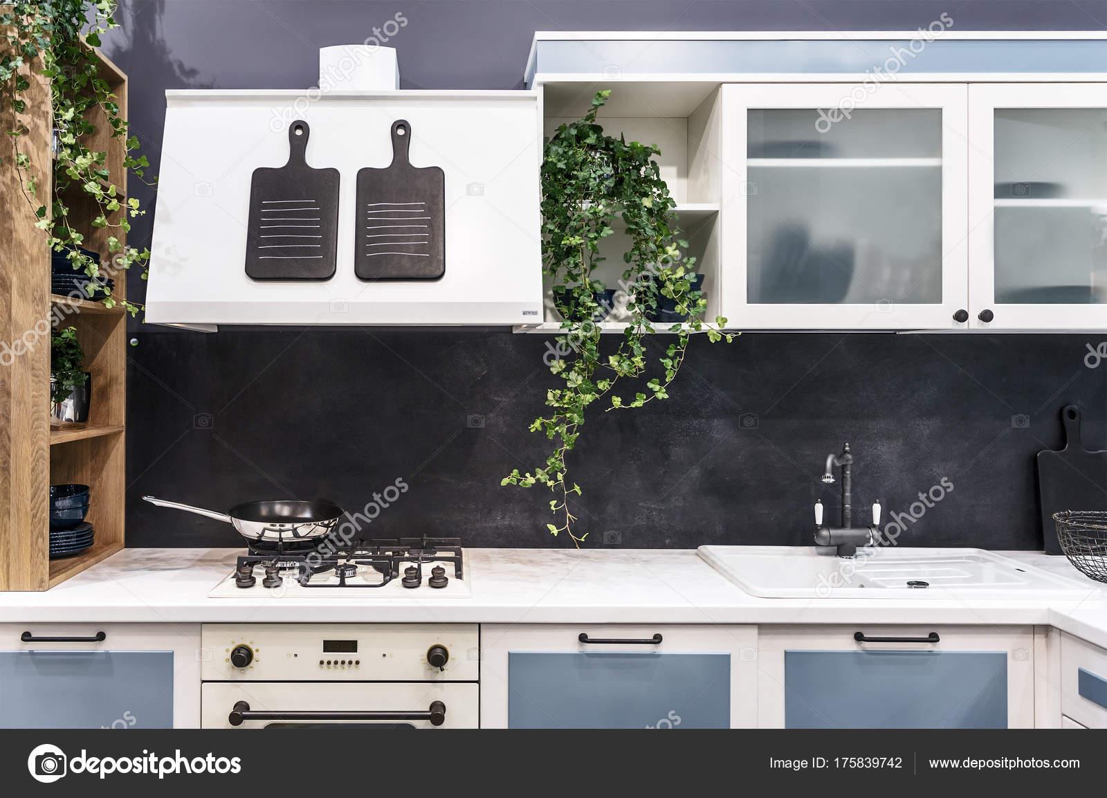 Moderne Küche im Vintage-Stil. Leichte Möbel mit eingebauter Gas ...