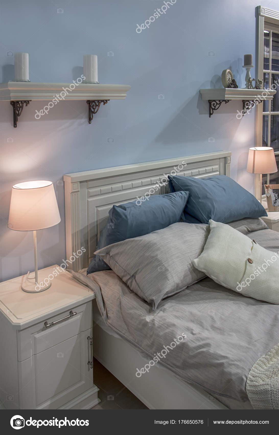 Lichte slaapkamer met licht blauwe muren en witte meubels ...
