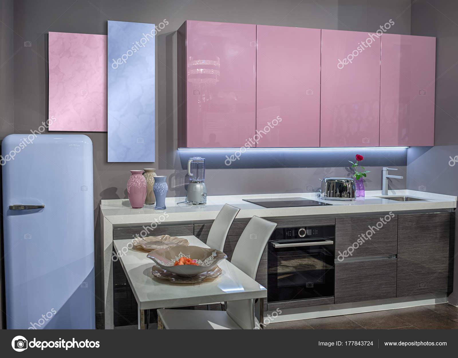 Moderne comfortabele keuken met een roze kleur van de bovenste