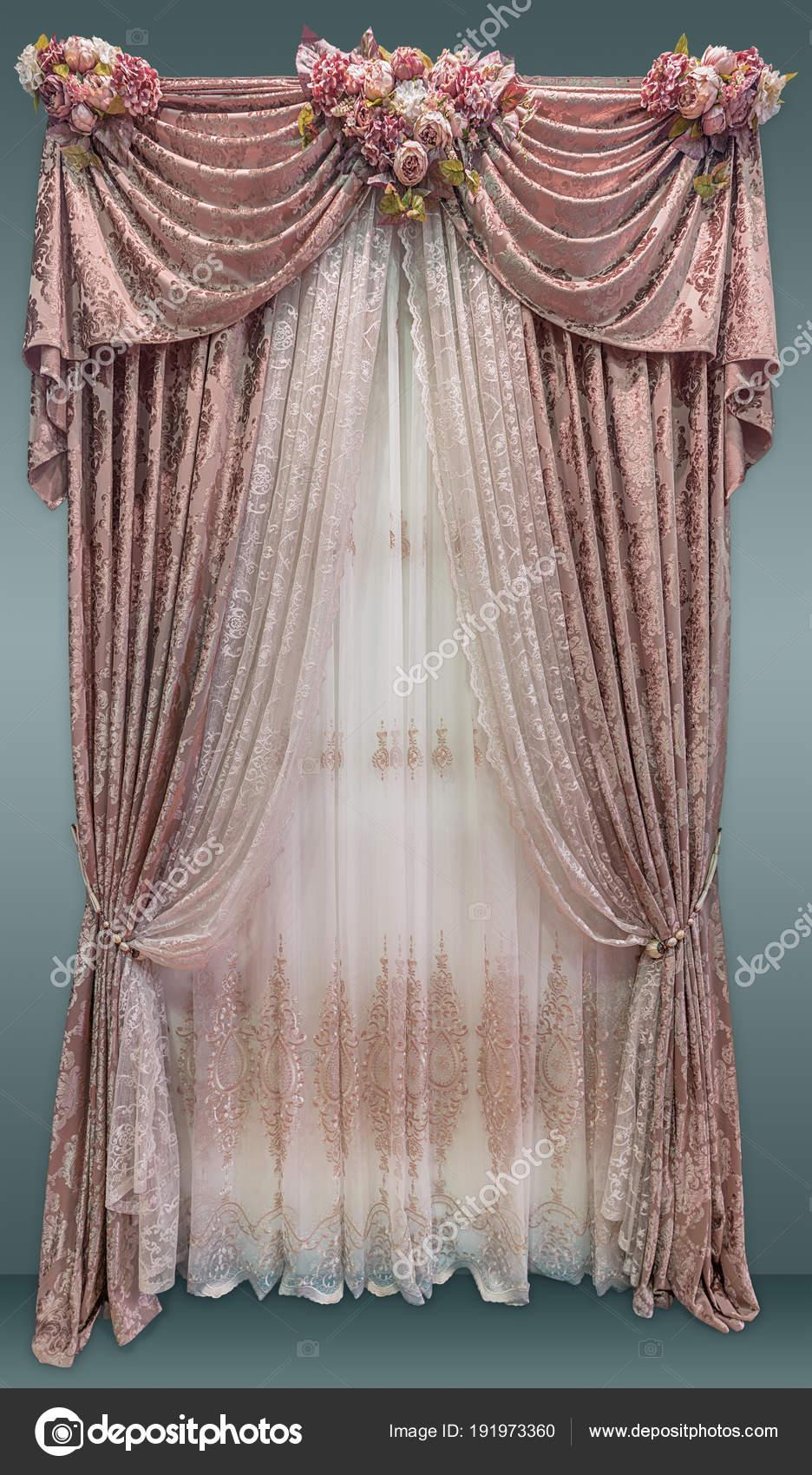 Luxe interieur, gordijnen in een roze kleuren versierd met boeketten ...