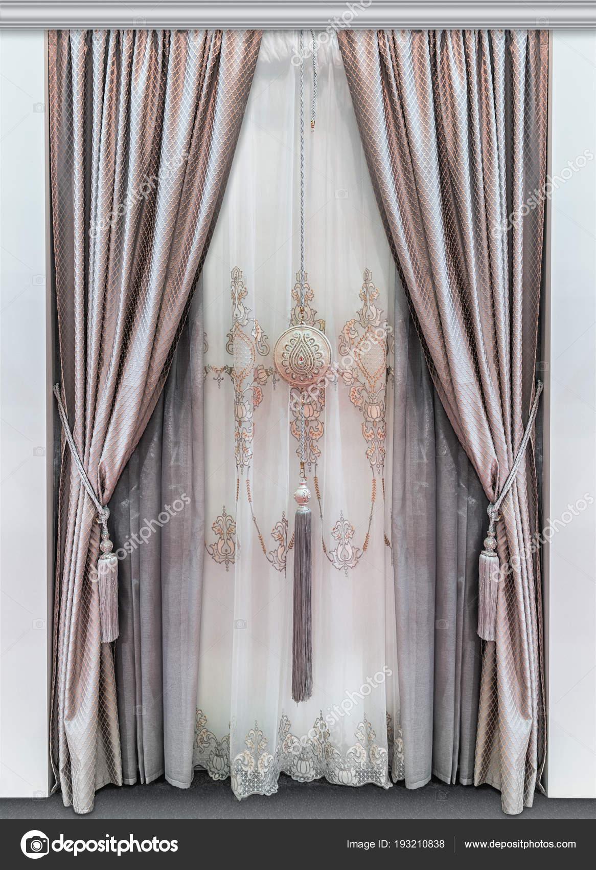elegante dubbele gordijnen gemaakt van natuurlijke stoffen en een luxe tulle met ornament stockfoto
