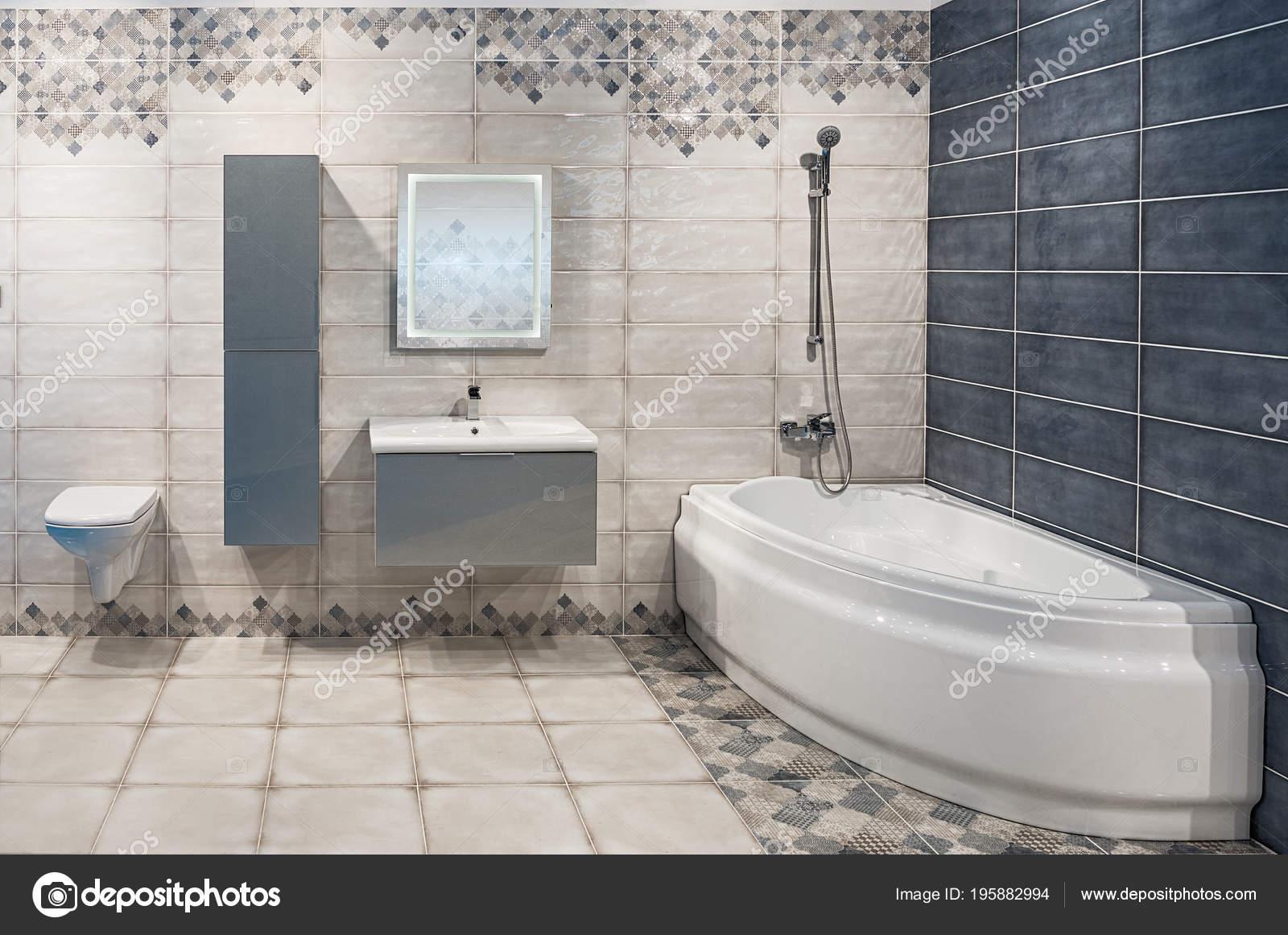 ruime badkamer een moderne stijl rechte laconieke formulieren natuurlijke materialen stockfoto