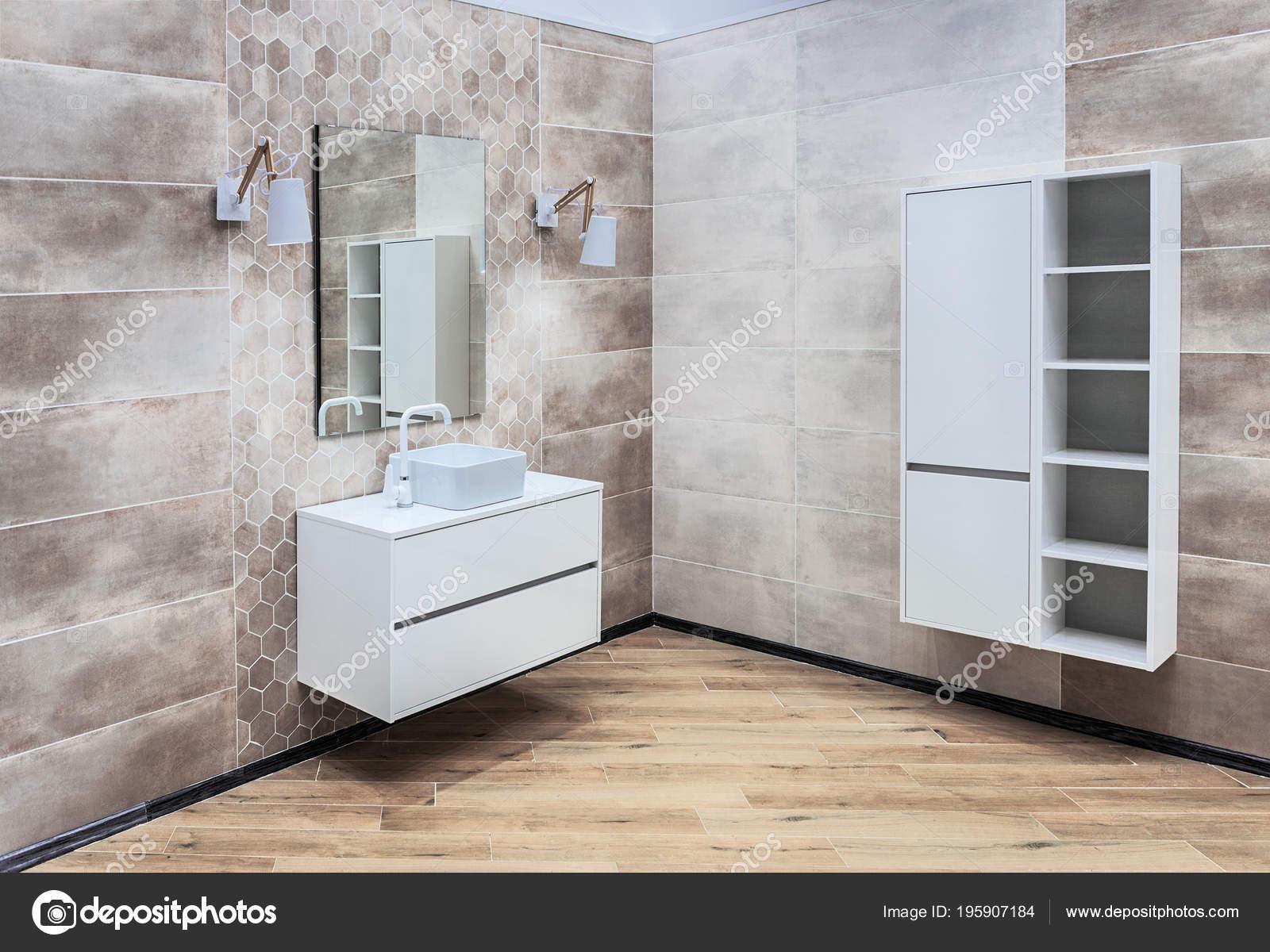 Grote Wastafel Badkamer : Moderne grote badkamer met wastafel spiegel hangende kast
