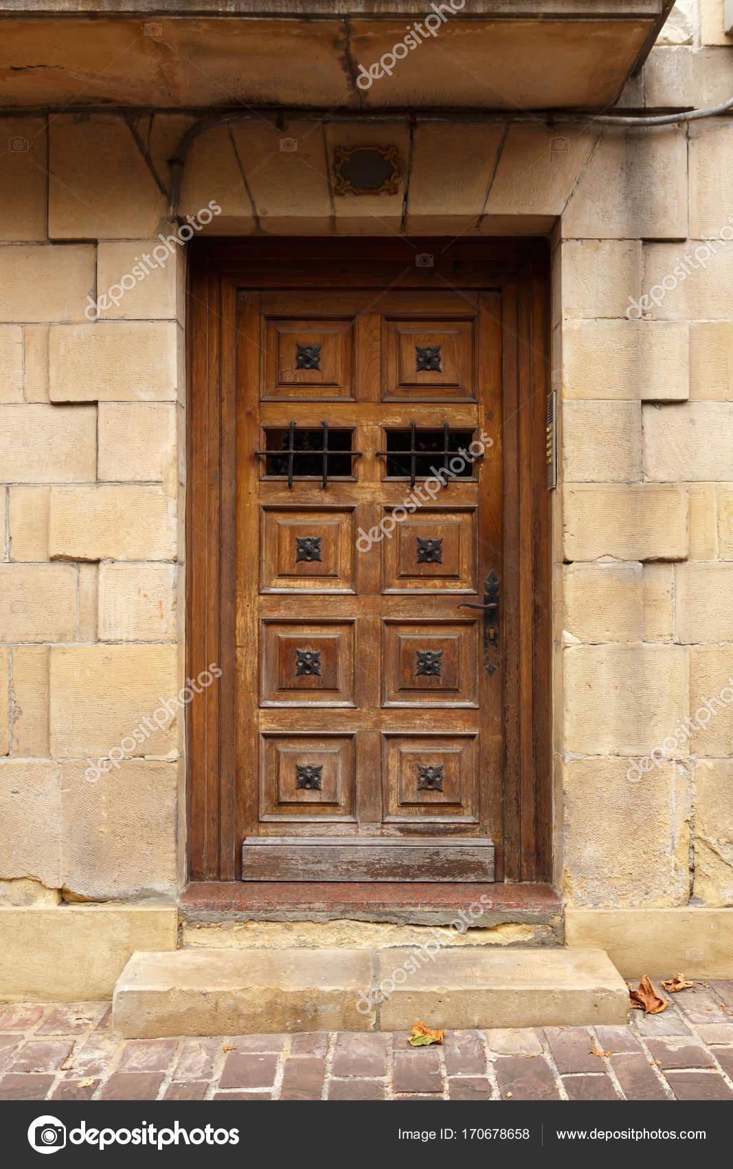Entrada Al Edificio Hermosa Puerta De Madera Antigua De Estilo