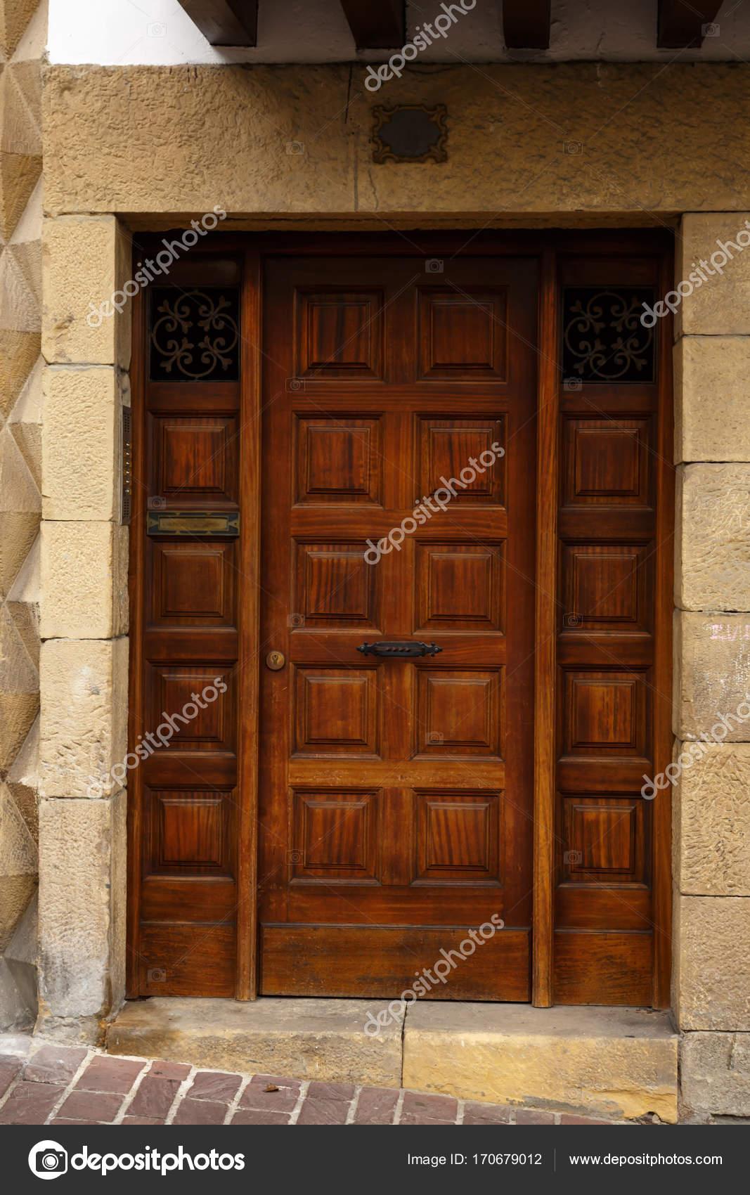entrada al edificio. hermosa puerta de madera antigua de estilo ...