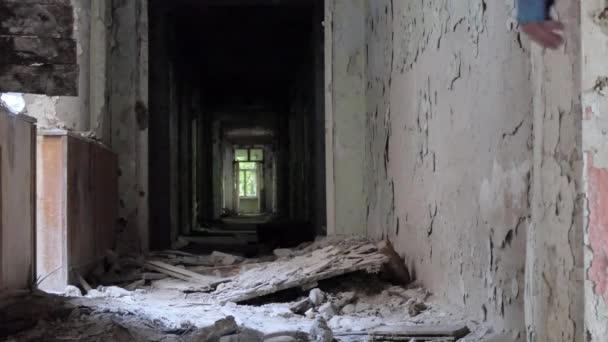 Paranormaler Ort, paranormal: Eine junge Radfahrerin inspiziert die alten zerstörten Gebäude im Wald. Sibirien.