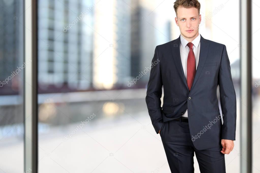 Moda Uomo Ufficio : Concetto di ufficio e di affari moda giovane buisness uomo in un