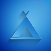 Řez papíru Turistické stan ikona izolované na modrém pozadí. Kempingový symbol. Papírový styl. Vektorová ilustrace