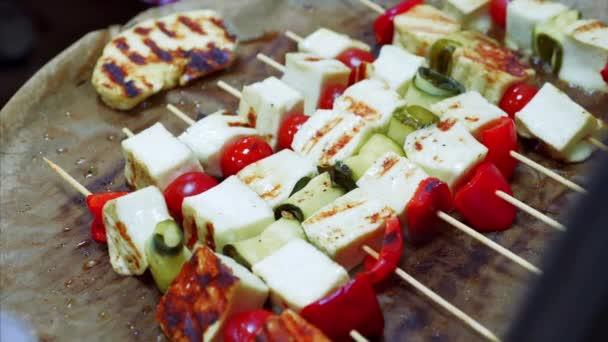 Grilovaný sýr se zeleninou na dřevěných špejlích se smaží na pánvi