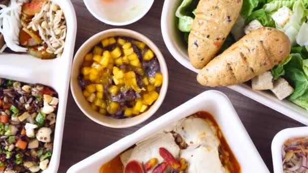 Žena ruční vzít nízký kalorie asijské dezert z rýže a manga od dřevěné lžičky