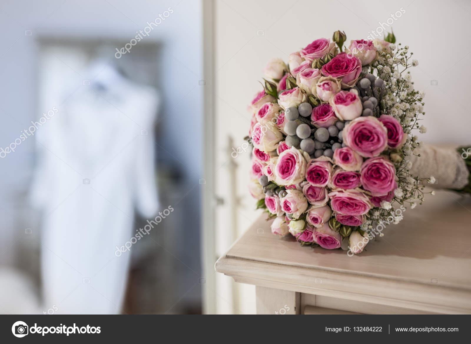 Abito da sposa e mazzo di fiori in camera da letto — Foto Stock ...