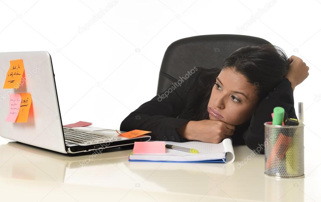 Ufficio In Latino : Annoiata donna d affari latino stanchi di lavoro alla scrivania