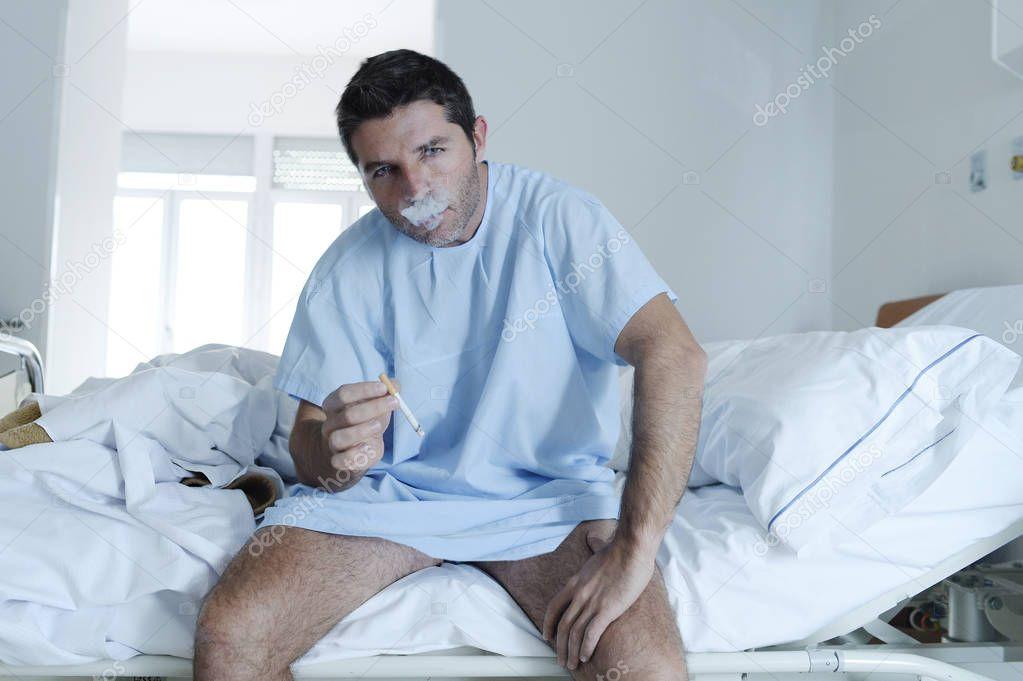 Junger Attraktiver Mann Blick Traurig Und Besorgt Auf Krankenhaus Bett  Rauchen Zigarette In Klinik Schlafzimmer Schauen Trotzig Bei Lungenkrebs ...