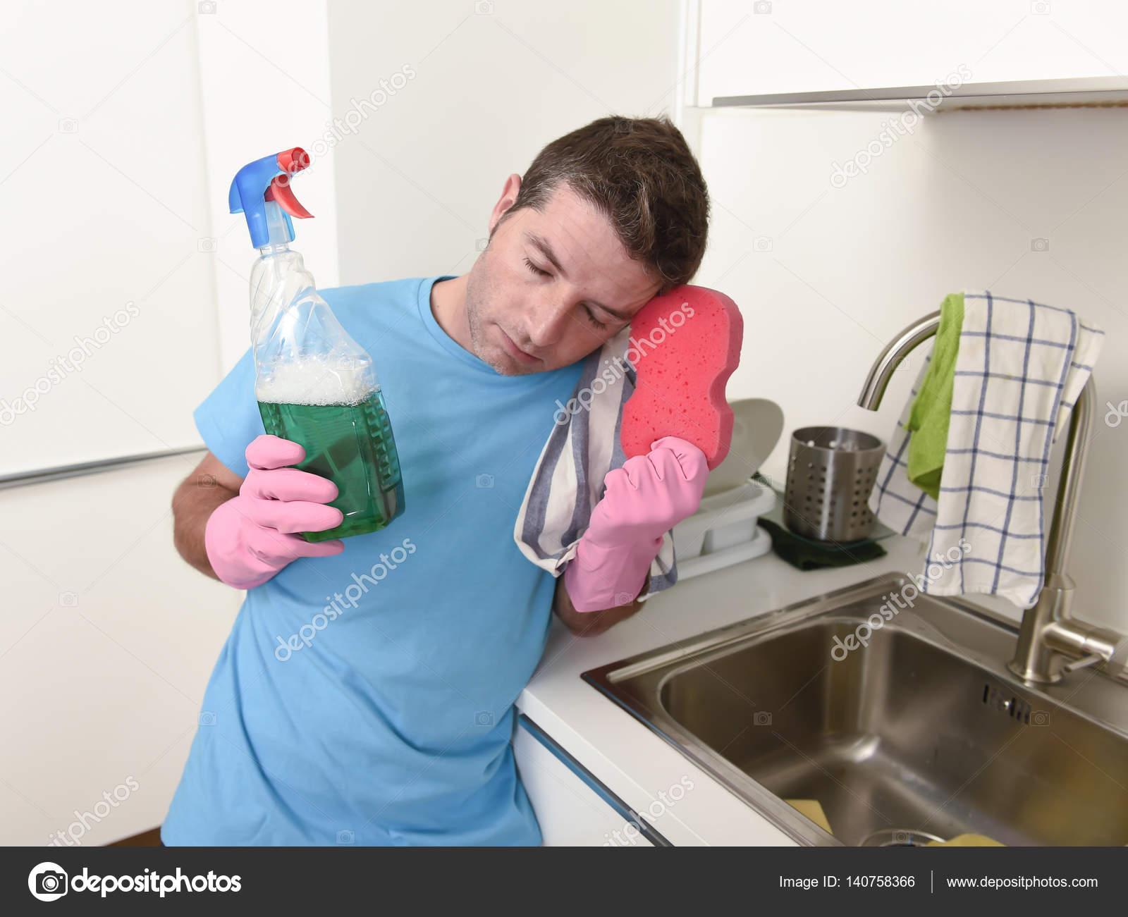 junge faul haus sauberer mann waschen und putzen der k che wi stockfoto 140758366. Black Bedroom Furniture Sets. Home Design Ideas