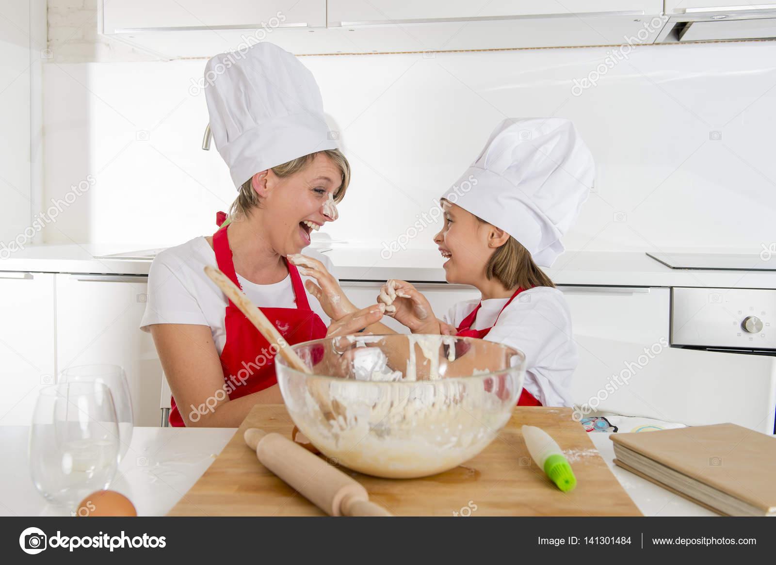 Madre joven y dulce ni a con sombrero de cocinero y - Nina cocinando ...