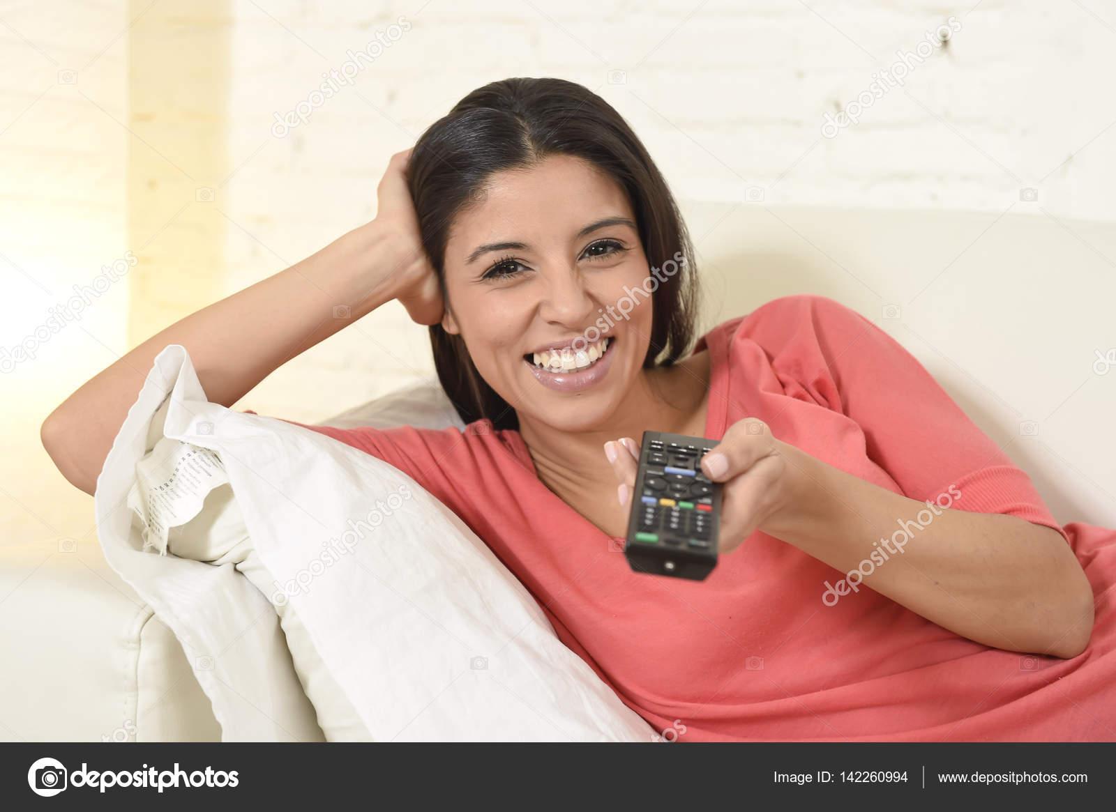 Mujer Feliz Viendo La Televisión En El Sofá Del Sofá Felices